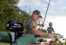 Отец с ребенком в лодке