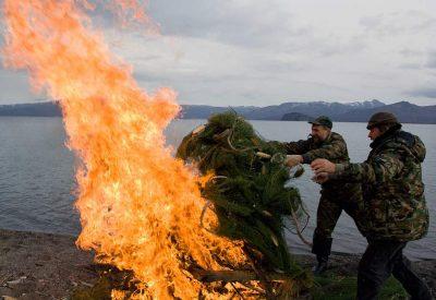 Сжигают рыболовные сети