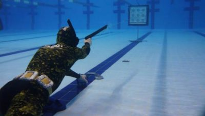 Подводный охотник в бассейне