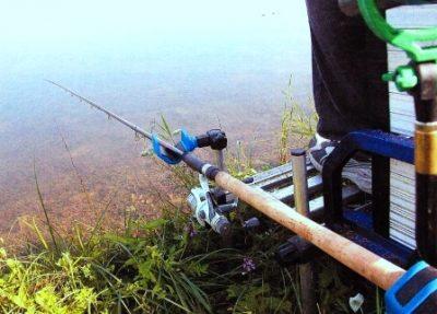 Ловля на озере с удочкой