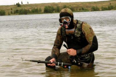 Подводный охотник с фонарем
