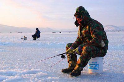 Рыбак зимой с удочками