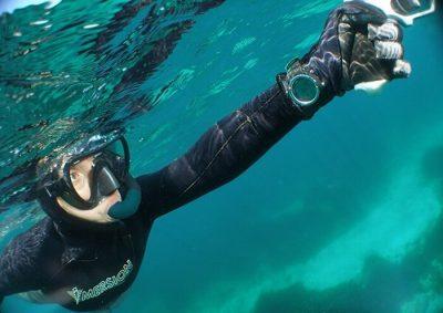 Подводный охотник в воде