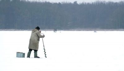 Рыбак с ледобуром