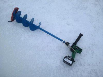 Ледобур с шуруповертом на льду