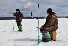 Рыбаки на водоеме зимой