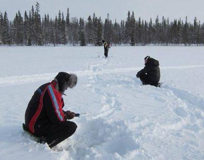 Рыбаки на зимнем платнике