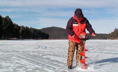 Рыболов с ледобуром