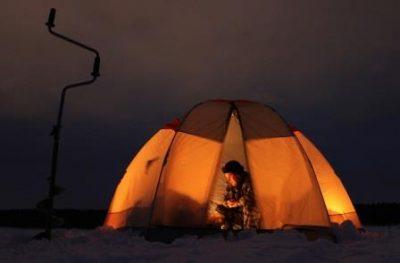 Рыбак в палатке ночью