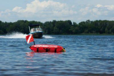 Сигнальный буй в воде