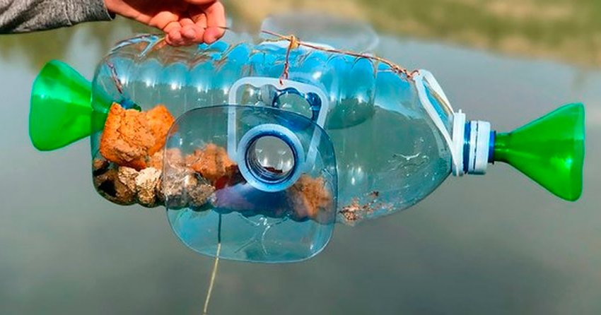Пластиковая ловушка в руке