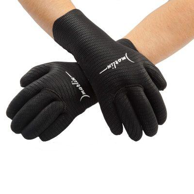 Перчатки на руке
