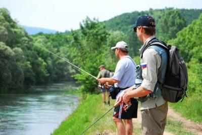 Спиннингисты на берегу реки